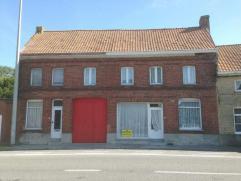 Te renoveren eigendom bestaande uit 2 woningen op 3137m² te Pervijze. Omvat inkom, living, kueken, eetkamer, kelder, 5 slaapkamers, badkam