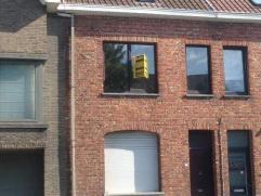 Op te frissen rijwoning met tuintje in het centrum van Diksmuide. Omvat inkom, living, keuken, koer, berging/tuinhuis, badkamer, 4 slaapkamers. Mogeli