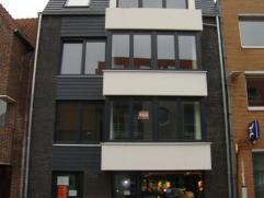 Nieuwbouwappartement (1ste verdieping) gelegen op zeer centrale ligging te Gistel. Voorzien van mooie living met open keuken, slaapkamer, badkamer met