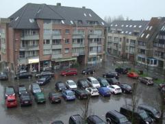 Appartement op 4de verdiep op de markt van Gistel. Met inkom, living, keuken, 2 slaapkamers, vernieuwde badkamer, WC en kelderberging. EPC 518 kWh/m&A