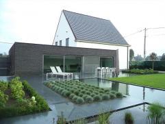 Prachtige villa met loods (325m²) op 1258 m² te Ichtegem. Volledig vernieuwd in 2012 met luxematerialen. Deze open bebouwing i