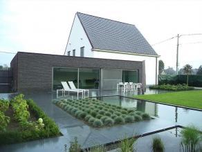 Prachtige villa met loods (325m²) op 1258 m² te Ichtegem. Volledig vernieuwd in 2012 met luxematerialen. Deze open bebouwing is ingedeeld me