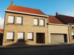 Ruime woning op 733m² te Oostkerke. Omvat inkom, woonkamer, eetkamer, keuken + bijkeuken, badkamer, kelder, garage. Op het verdiep zijn 4