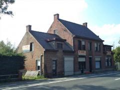Bouwgrond voor twee halfopen bebouwingen of twee te renoveren halfopen bebouwingen. Zuidgericht perceel met een oppervlakte van 2073 m². (Vg, Ag,