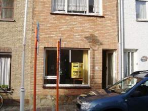 Te renoveren rijwoning op 118m² in het centrum van Nieuwpoort-Stad. Omvat inkom, woonkamer, eetkamer, keuken, badkamer. Op het verdiep zijn 2 sla