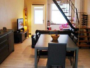Gerenoveerde rijwoning op 120m² te Veurne. Omvat inkom, woonkamer, keuken, wasruimte. Op het verdiep zijn 2 vernieuwde slaapkamers en een badkame