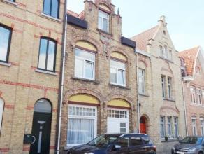 Opbrengsteigendom op 180 m² centraal te Nieuwpoort. Omvat een 1 slaapkamerappartement op het gelijkvloers en een 4 slaapkamerappartement op 1e en