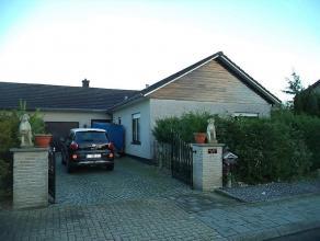 Charmante halfopen - bungalow in een rustige woonwijk te Ichtegem. Ingedeeld met inkom, living, keuken, 3 slaapkamers, badkamer en garage. Zuid-oostge