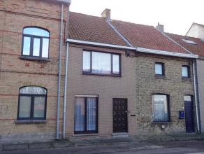 Rijwoning op 173m² vlakbij het centrum van Nieuwpoort. Omvat inkom, woonkamer, eetkamer, keuken, badkamer, slaapkamer, wasplaats en berging. Op h