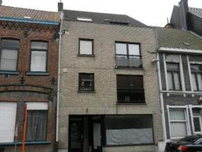 Ruim duplexappartement op de 3 de verdieping in het centrum van Gistel. Dit appartement omvat een ruime living met open keuken, badkamer, wasplaats en