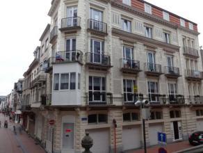 Perfect onderhouden appartement gelegen vlakbij de zeedijk van Blankenberge. Gelegen op de eerste verdieping en bestaande uit inkom, leefruimte, inger