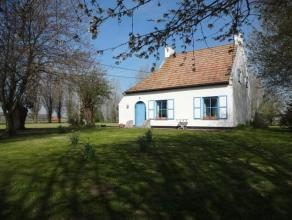 Alleenstaande woning, landelijk gelegen op 3344m² te Nieuwpoort. Prachtige verzichten. Het gelijkvloers bestaat uit inkom, living opgedeeld in ee