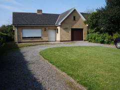 Mooie ruime alleenstaande bungalow op rustige ligging met grote living, ingerichte keuken, badkamer ligbad, 3 ruime slaapkamers, mooie grote tuin met