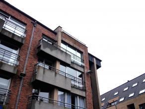 Lichtrijk 2-slaapkamer appartement met zicht op markt Gistel. Bestaande uit: inkomhal met apart toilet, ruime living, volledig ingerichte keuken met a