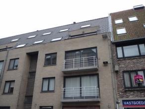 Modern duplexappartement met terras voor en achter.  Met lift, ruime berging en garage.  Op benedenverdiep : grote living, ingerichte keuken, 2 slaapk