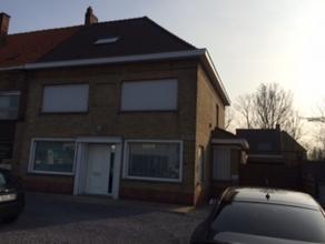 Deze instapklare burgerswoning is gelegen op de verbindingsweg Torhout - Oostende, dichtbij winkels, school,... De woning bestaat uit een ruime inkomh