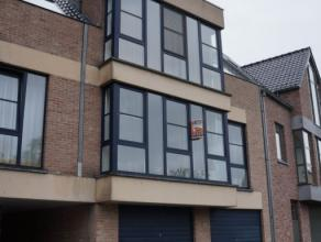 Lichtrijk ruim appartement op derde verdiep. Bestaande uit ruime living, volledig ingerichte keuken met berging, 3 slaapkamers, badkamer met ligbad, a