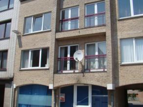 Lichtrijk ruim gelijkvloers appartement in centrum Gistel. Bevat: Inkom te gebruiken als winkelruimte of grote inkomhal, grote living, ingerichte keuk