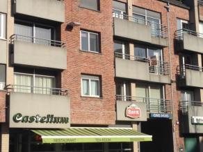 Appartement op derde verdiep met zicht op markt Gistel bestaande uit grote living, ingerichte keuken met aparte berging, badkamer met ligbad, 2 slaapk