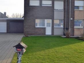 De ideale gezinswoning in een rustige buurt met een aangename zonnige tuin, garage en oprit voor meerdere wagens. Indeling Gelijkvloers: inkom, gasten