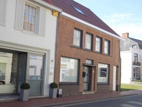 Deze half openbebouwing in het centrum van Lichtervelde biedt tal van  Mogelijkheden. Een ruime binnenplaats , badkamer,drie slaapkamers.