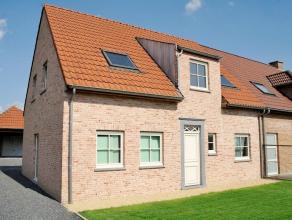 Rustig gelegen driegevel nieuwbouwvilla op 498 m2 met aparte garage en carport! Dit passief huis heeft vloerverwarming, een hybride warmtepomp, driedu