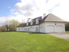 Prachtige villa in Franse stijl (B+villas), gelegen in een prachtige zongerichte tuin van 3461 m², met de mogelijkheid tot de aankoop van 2 bijko