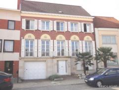 Deze statige herenwoning is gelegen nabij het centrum van Kortrijk en in de nabijheid van de belangrijkste invalswegen. De woning is opgesplitst in ee