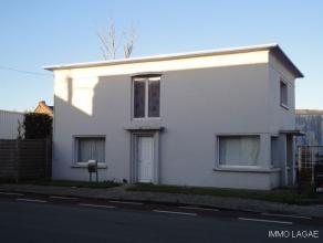 Verzorgde alleenstaande woning met gerenoveerde ramen (PVC, dubbel glas) en C.V. (hogerendementsketel gas). Deze recente wijzigingen gebeurden na de o