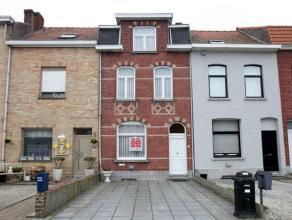 Indeling:gelijkvloers: - inkomhal - ruime leefruimte, tegels in natuursteen - leuke keuken uitgevend op de tuin - badkamer met tussenruimte met plaats