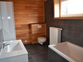 Ruime en tot in de puntjes volledig gerenoveerde woning (2015) bestaande uit hal, zeer ruime living, volledig geïnstalleerde keuken (vaatwas, ker