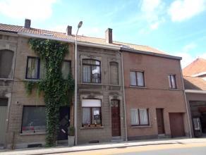 Rijwoning te Kortrijk met tuin en uitweg. Inkom, berging, wc, voorplaats, leefruimte, keuken, badkamer en kelder. Op verdiep 3 slpks en zolder. EPC46