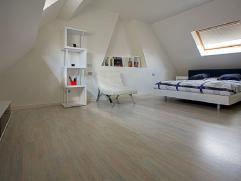 Deze woning heeft een inkom met bureau en afzonderlijk toilet. Verder vinden we de living, leefkeuken, kelder, badkamer en wc. Aansluitend een gezelli