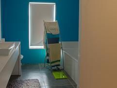 Gedeeltelijk vernieuwde hoekwoning met koer. Living met keuken en kelder, op verdiep, 2 slpk en nieuwe badkamer met wasplaats. Zolder met vaste trap.