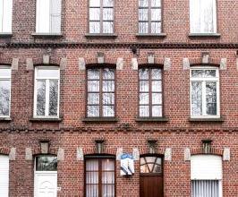 Prachtig gelegen te moderniseren woning. Via de inkom en voorplaats kom je in de living met leefkeuken en zicht op terras. Op verdiepen 1 en 2 vinden