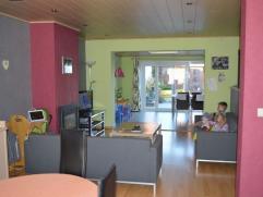Ruime, lichtrijke living met leefkeuken Zeer praktische woning met 3 volwaardige slaapkamers. Ruime badkamer. Zolder met velux. Tuinterras met groot t