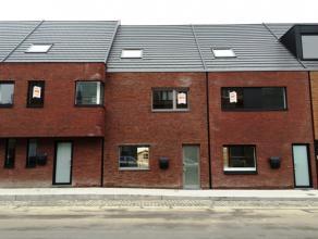 Knap afgewerkt en ingedeelde, volledig nieuw geschilderd, lichtrijke en uitermate energiezuinige gezinswoning met 4 tot 5 slaapkamers, 2 badkamers - E