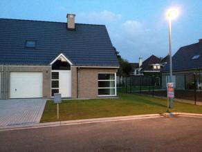 Nieuwe en energiezuinige half open bebouwing gelegen op een rustige lokatie te Waregem met als indeling : inkom, apart toilet, L-vormige woonkamer, he