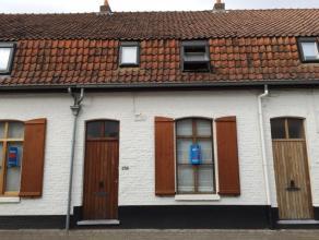 Mooi, knap en compleet gerenoveerde 2 slaapkamer gezinswoning met inkomhal, apart toilet, berging onder trap, leefruimte met zicht op tuin/koer, open