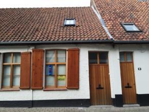 Mooi, knap en compleet gerenoveerde 1 slaapkamer woning met inkomhal, apart toilet, berging onder trap, leefruimte met ingemaakte kasten, open keukent