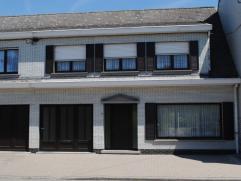 Ref. 214063 - Woning bestaande uit inkomhal, ruime living met aanpalende veranda, ingerichte keuken, apart toilet en garage. Boven zijn 3 ruime slaapk