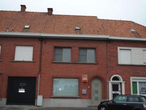 Ref. 215036 - Ruime woning nabij het centrum. Het huis omvat een ruime inkomhal, kelder, ruime living en keuken. Op de verdieping zijn 3 slaapkamers e