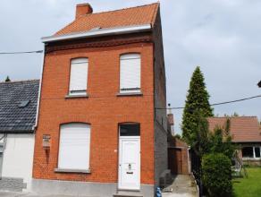 Ref. 215064 - Ruim woonhuis bestaande uit een inkomhal, ruime living, ruime leefkeuken, wasplaats en badkamer. Zij-uitweg met toegang tot de tuin. Op