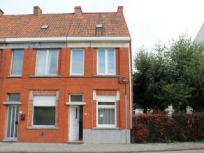 Ref. 215077 - Budgetvriendelijke woning met tuin in het centrum van Emelgem (Izegem). Het huis is reeds overal voorzien van nieuw PVC-schrijnwerk met