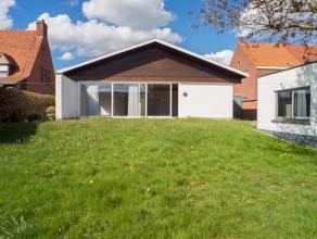 Ref. 215097 - Alleenstaande gelijkvloerse en lichtrijke woning (BJ: 1977) op een mooi zuid-gericht grondstuk van 660 m2. Het huis omvat een ruime inko
