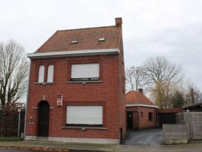 Ref. 215100 - Rustig gelegen half-open woning nabij invalswegen. Het huis omvat inkomhal, ruime living, leefkeuken, apart toilet en bijkeuken. Droge k