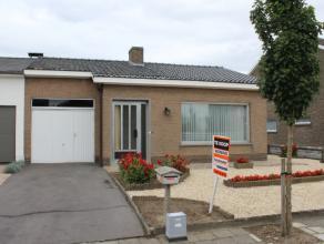 Ref. 216052 - Centraal gelegen en goed onderhouden gelijkvloerse woning. Het huis beschikt over een voortuin en oprit naar de garage en omvat binnenin