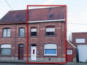 Deze woning werd reeds gedeeltelijk gerenoveerd en bestaat uit inkom, op te frissen keuken, woonkamer met gaskachel, kelder, 3 ruime slaapkamers, badk