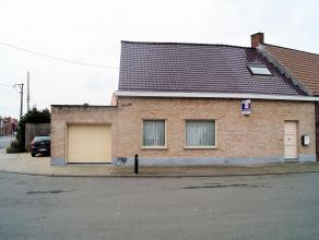 Gezellige woning met 3 slaapkamers, terras, buitenberging, garage en autostaanplaats. Bestaat uit: inkom met vestiairekast, living in parket (4x8), du