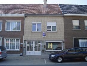 Gerenoveerde rijwoning in centrum Avelgem met garage. Bevat ruime lichtrijke living, nieuwe keuken, apart toilet, wasplaats, tuinberging, 3 slaapkamer